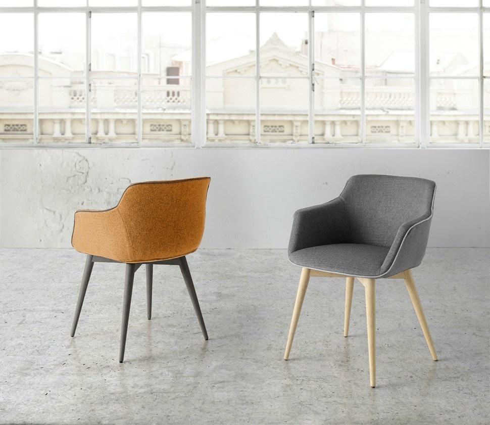 Silla JAX A tapizada, estructura en madera de haya. Su atractivo aspecto enfatiza la elegancia y el confort de esta silla destinada a ser un clásico del diseño moderno.